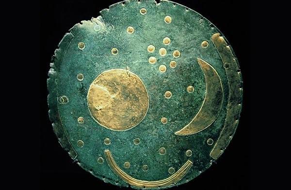 Nebesna plošča iz najdišča Nebra, Saxonia-Anhalt v Nemčiji; nastanek plošče postavljajo 1600 let pred Kr., to je v unetiško kulturo bronaste dobe.